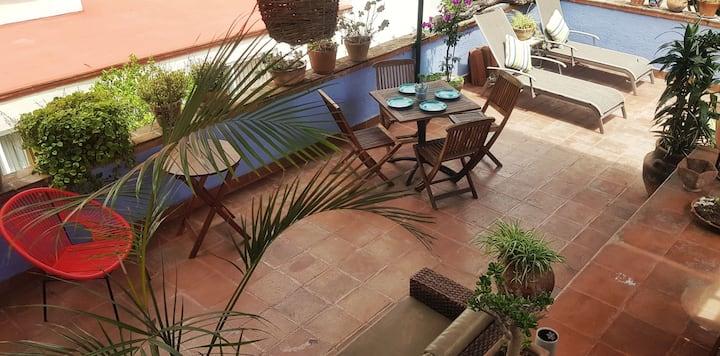 Hermosa casa con terraza, jacuzzi y bello jardín.
