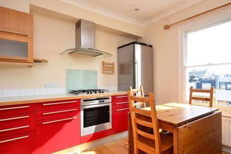 Charming 3 bedroom flat in trendy Clapham - London