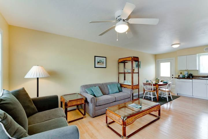 Charming condo with private heated pool - quick walk to the beach, 1 dog OK!
