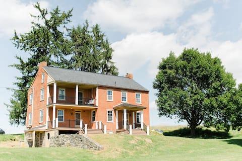 Cozy Hilltop Farmhouse *Newly Renovated*