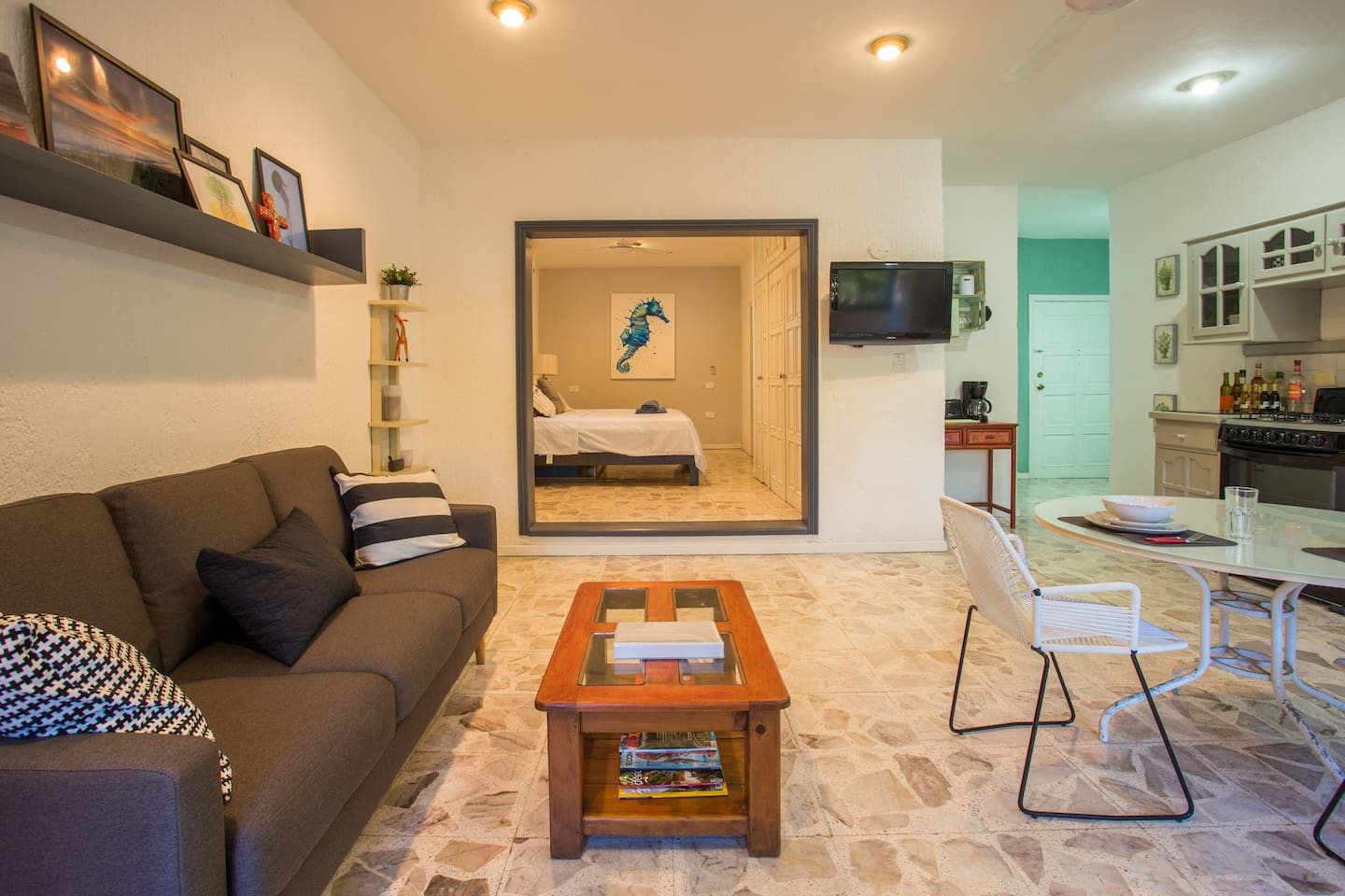 Nice apartment, one block to the Waterfront. A/C, 2 Bikes, Snorkel Gear, Mini Bar etc.
