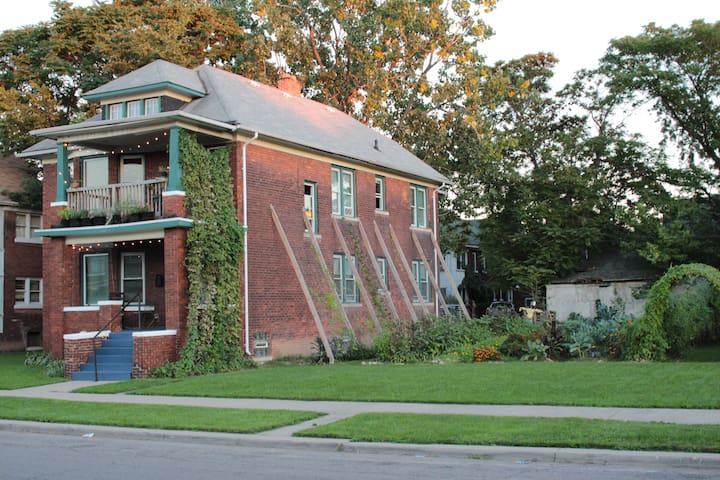 The Detroit Homestead: Entire Flat - Detroit - House