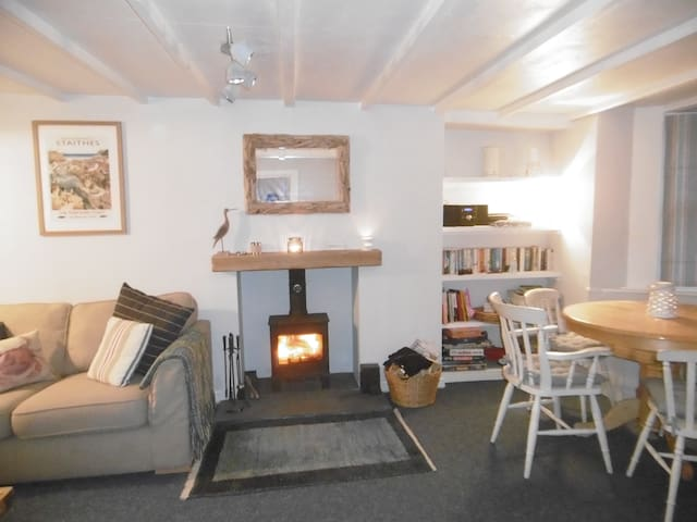 Charming rope maker's cottage - sleeps 6 plus baby