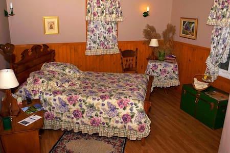 Chambre La Bruno (Gîte La BouGie Verte) - Saint-Urbain - Bed & Breakfast