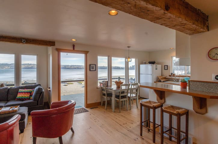 Vashon Beach House- KVI Waterfront