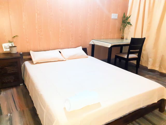 Private bedroom with Queen size plush 8-inch mattress