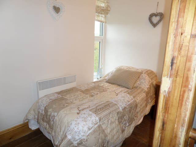 Cosy L shaped single bedroom with additional single futon for occasional