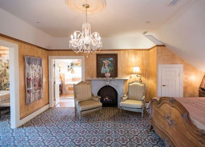Camelot Room - Gramercy Mansion