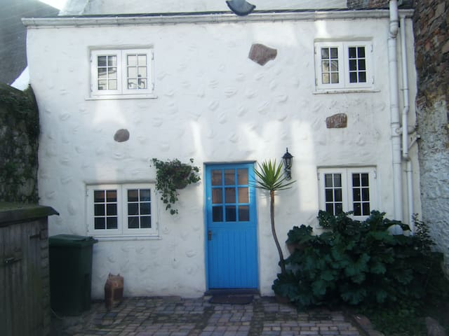 Self contained courtyard studio in St Helier