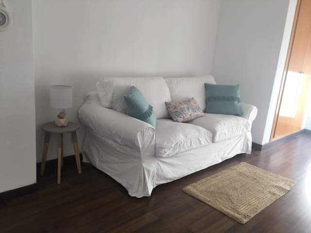 Habitación con sofá cama con acceso a la terraza