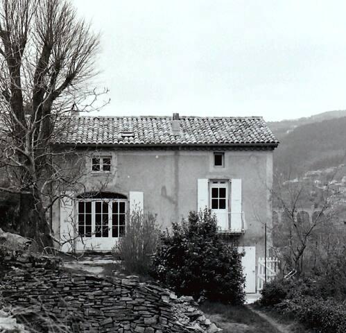 Maison dans les arbres, terrasses - Privas - Huis