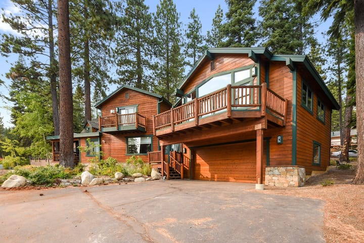 Lazy Bear Lodge (Hot Tub, Dog Friendly, Garage)