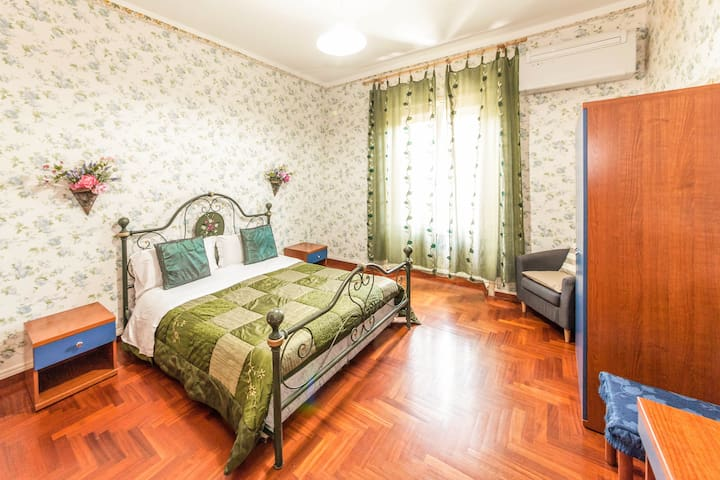 Large double room next to Termini Train Station