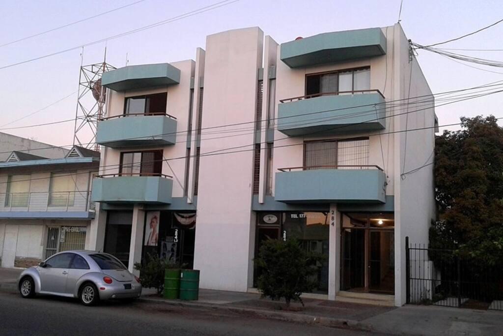 Edificio de departamentos en Floresta #284, entre las calles 2da. y 3ra. zona centro de la ciudad.
