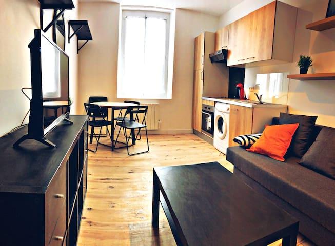 Salon salle à manger avec canapé convertible.