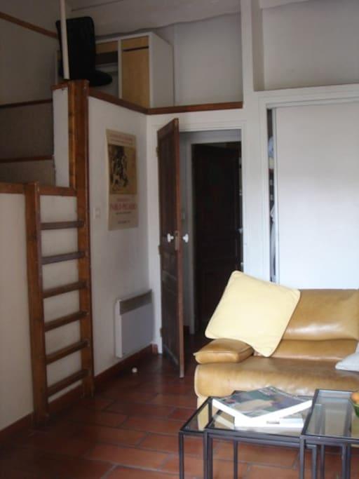 Autre vue du salon, avec la mezzanine à gauche