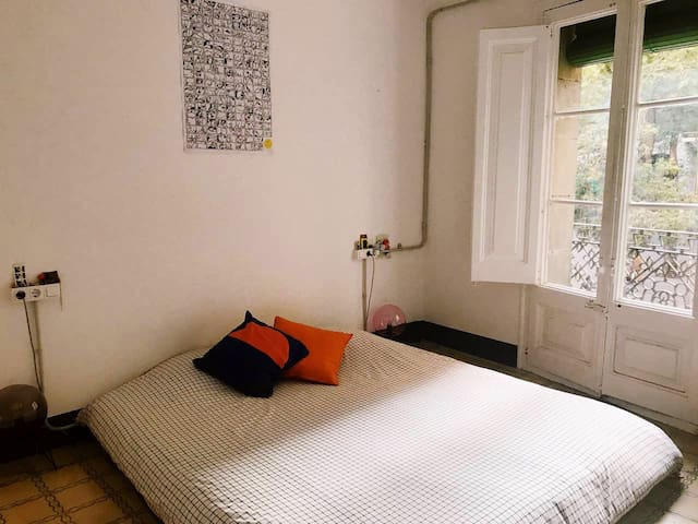 Cozy, Sunny & Cool room at Barcelona City Center!
