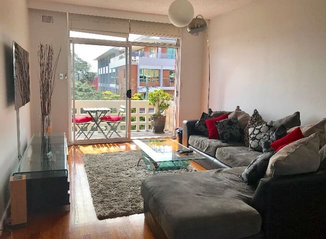 Sunny bedroom for2 in the heart of Randwick's Spot
