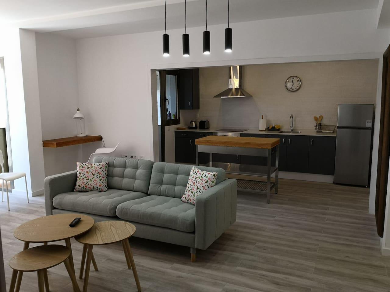 Amplio salón con comedor y cocina con isla de concepto abierto. Zona de estudio.