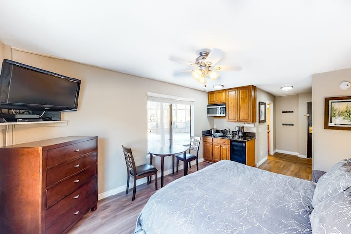 Inviting Studio Close to the Slopes w/Shared Outdoor Pool, Hot Tub, WiFi, W/D