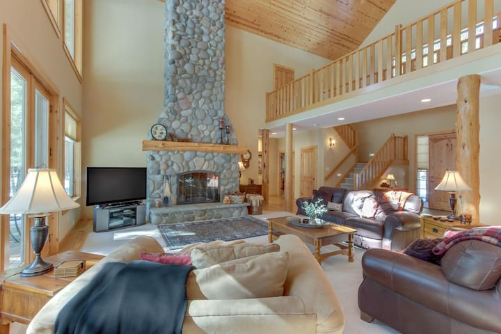 Deschutes Forest views w/ game room, shared pools/hot tub, on-site golf, & more!