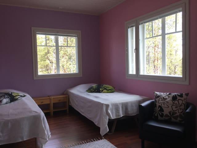 Makuuhuone 2. Tilava ja valoisa huone. Toinen ikkuna pihalle päin ja toinen Pallakselle päin.