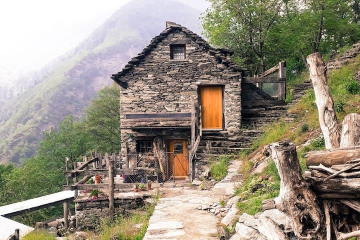 """Rustico """"Valle Maggia"""" sopra Brontallo / Menzonio"""