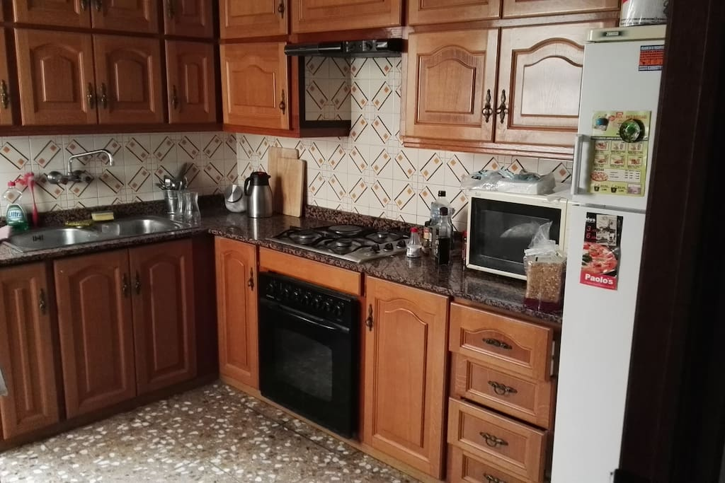 Cocina equipada con microondas tostadora nevera . Para desayunar