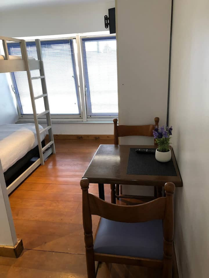 studette 2 lits superposes , kitchenette et sdb privative, á 30 mns de Paris par 30 mns par train