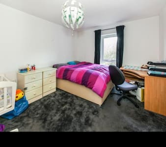 DBL room, Pvt. bathroom - 15min LGW - Redhill