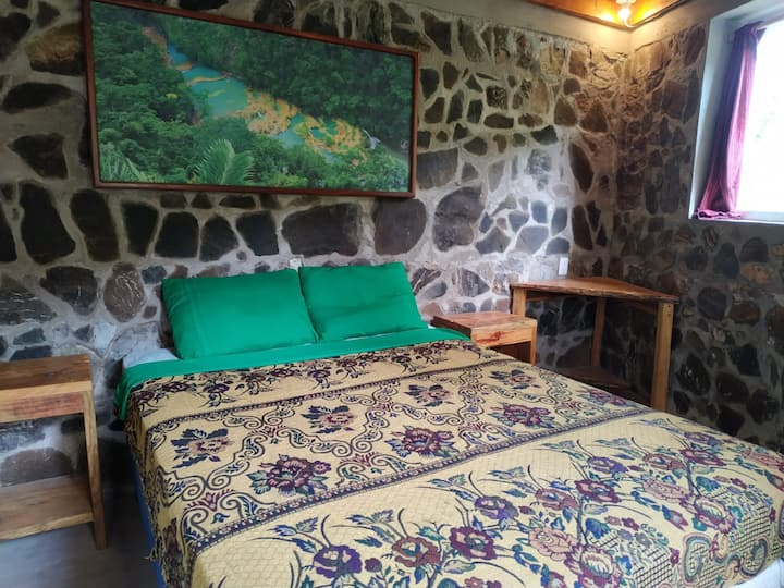 Stone Cabin with Queen bed at Ch'i Bocól