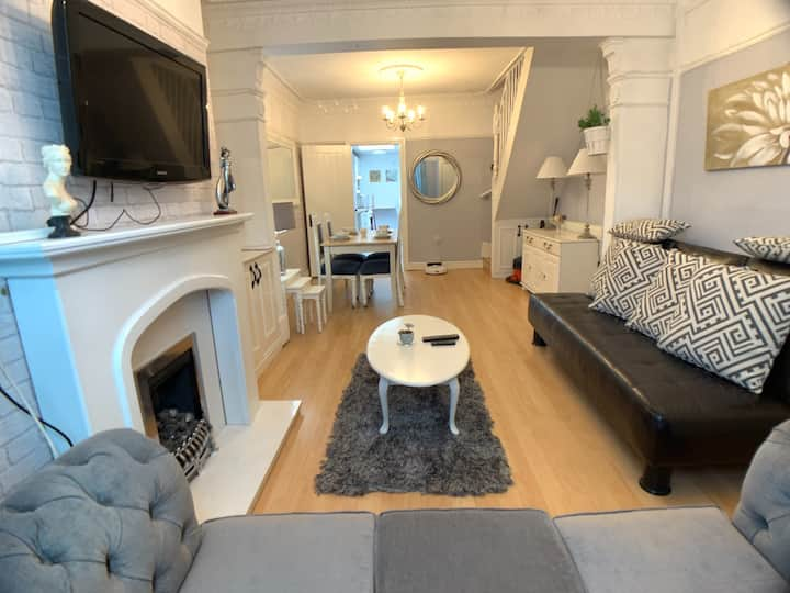 ⭐Stylish Entire House 4 min walk to LFC+PARKING⭐