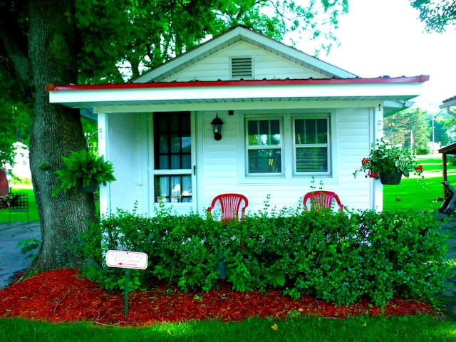 (#1) Cozy Cottage ~2 Single Beds OR 1 King Bed