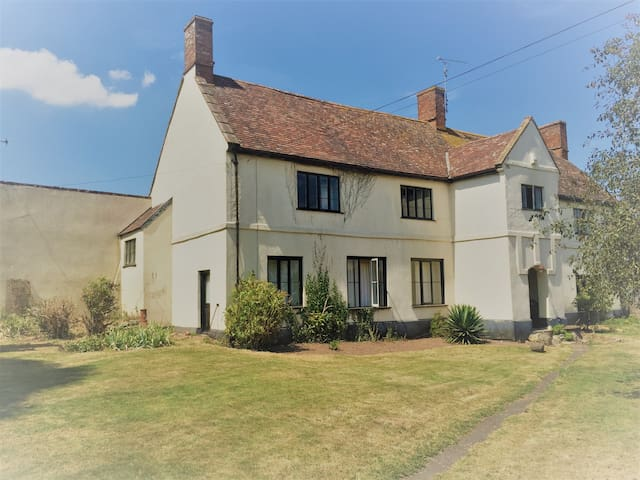 A spacious farmhouse stay for upto 6 guests.