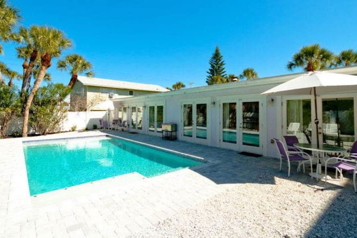 Full duplex w/ private heated pool and fenced backyard - dogs welcome!