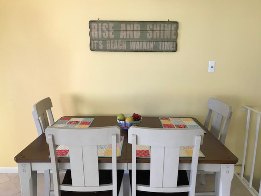Dining Area (shown without table leaf that adds 2 - 3 additional seats)