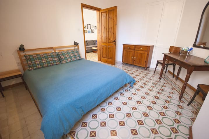 The bedroom with a king size bed (160cm x 200cm).