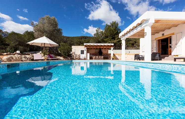 Beautiful house with pool, barbecue area, 5 km from Ibiza, views of the city, and 7 km from the beac