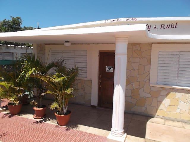 Hostal el Diamante -Yunaiky & Rubí - Habitación-1 - Playa Giron - Talo
