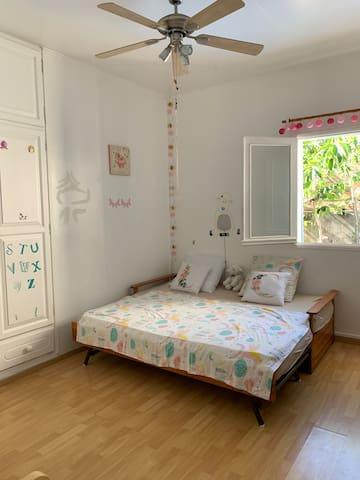 Chambre enfant avec lit queen size (transformable en lit 2x 1 place)