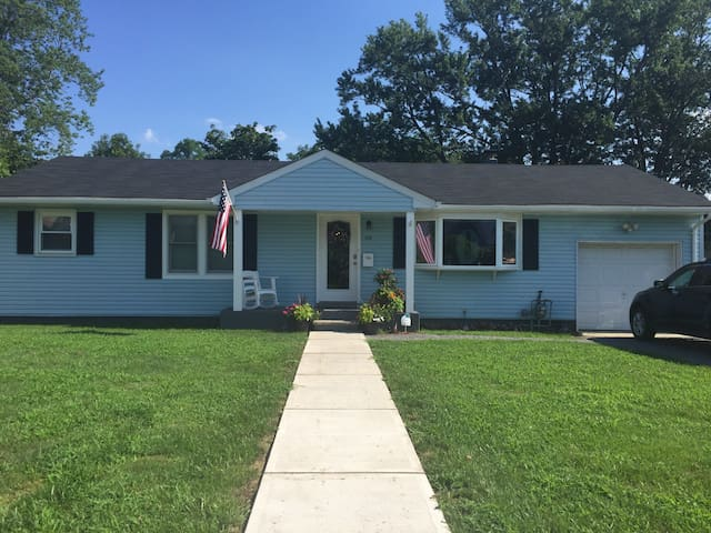 Updated ranch 3 blocks from the beach! - Long Branch - Casa