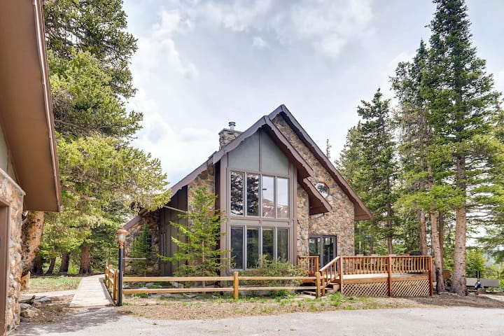 Pet Friendly/LARGE HOT TUB/Fire Pit/Close to Breck/Spacious Inside and Outside!!