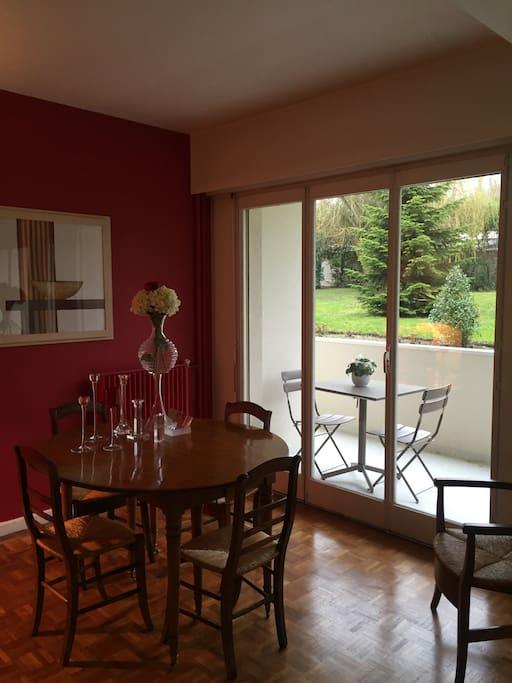Côté salle à manger avec une porte fenêtre qui donne sur la terrasse. On peut y déjeuner à 4 personnes. Bonne exposition, soleil toute la journée.