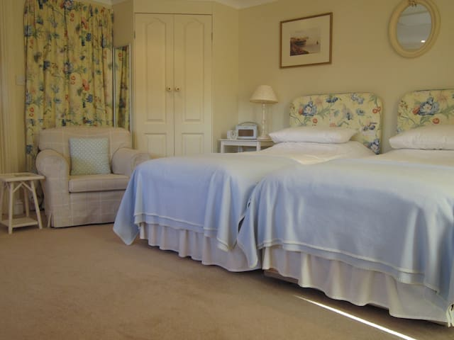The Yellow Room - Sleeps 2. Opposite harbour