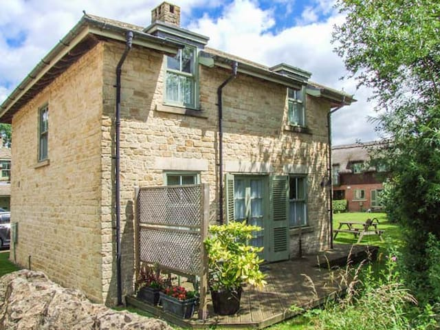 BADGER'S LODGE, pet friendly in Cotswold Water Park, Ref 937915