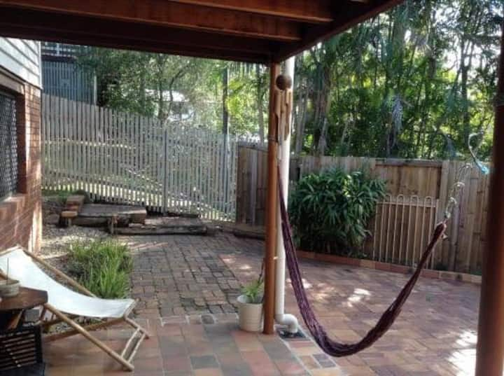 Relaxing Leafy Area close to BNE City