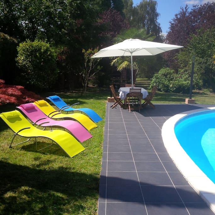 Table extérieure et bains de soleil