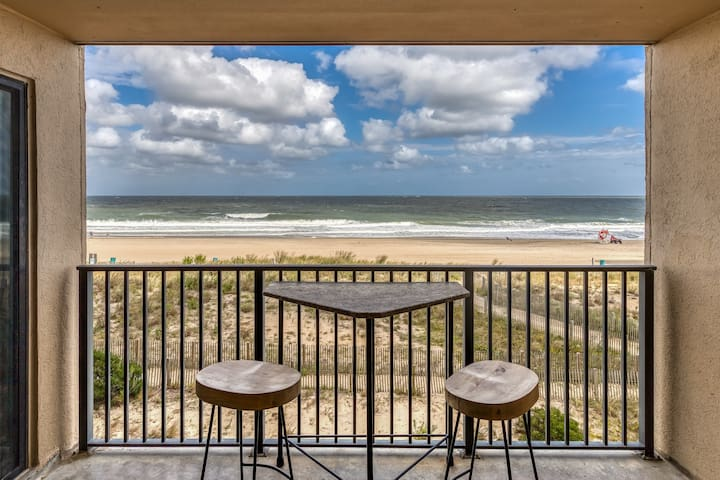 Oceanfront condo with balcony, spectacular views, and shared pools