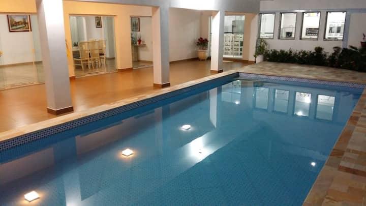 Mansão com piscina a 80 metros da Praia com Wi-Fi