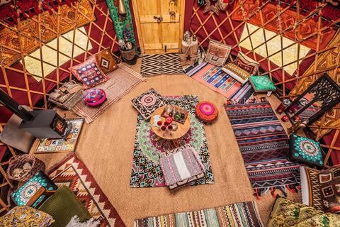 Una yurta cálida y acogedora con capacidad para seis personas, con cocina.